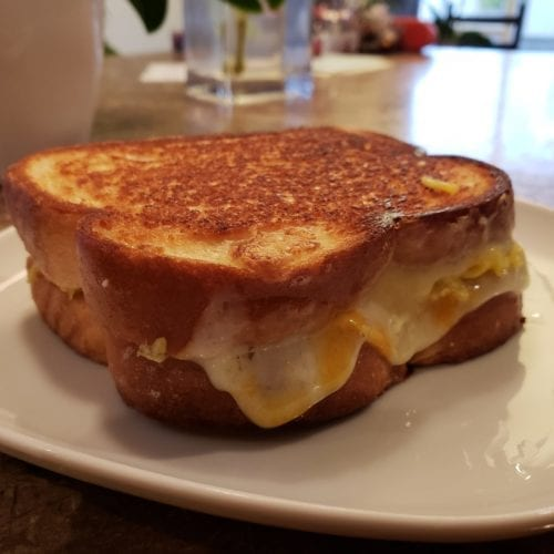 Grilled cheese aux oeufs et cheddar marbré