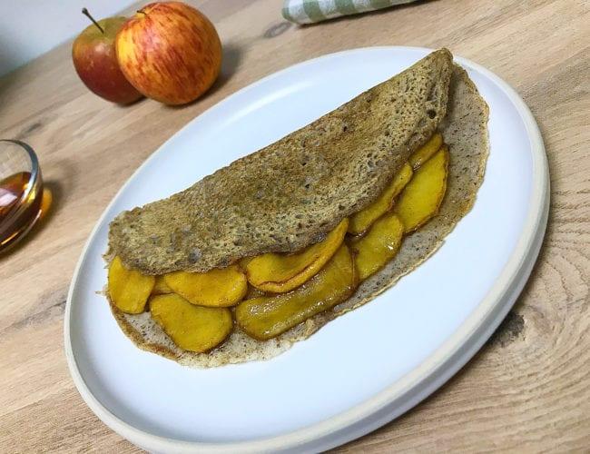 Galette de sarrasin aux pommes caramélisées, sirop d'érable et cannelle