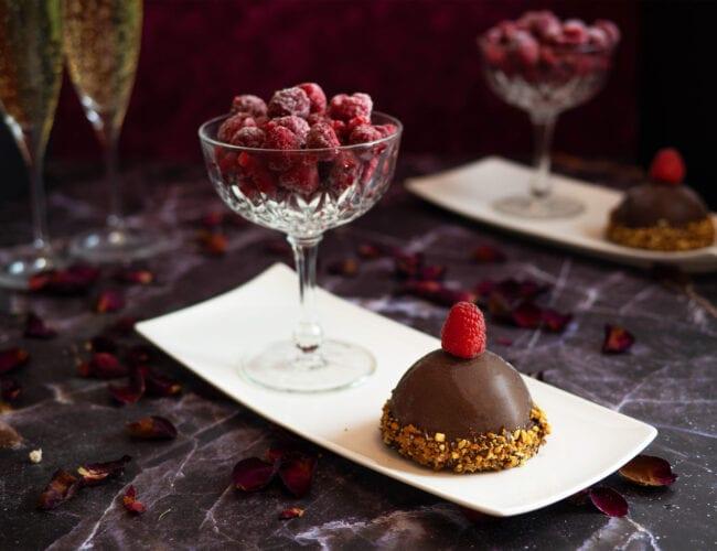 Dôme chocolat, mousse au praliné et cœur coulant framboise