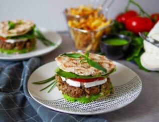 Burger champignons, fromage de chèvre et sauce épinard