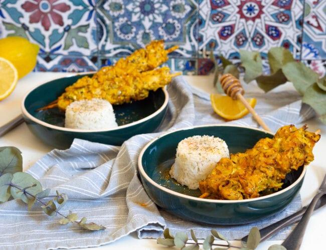 Brochettes de poulet mariné au citron, miel et épices
