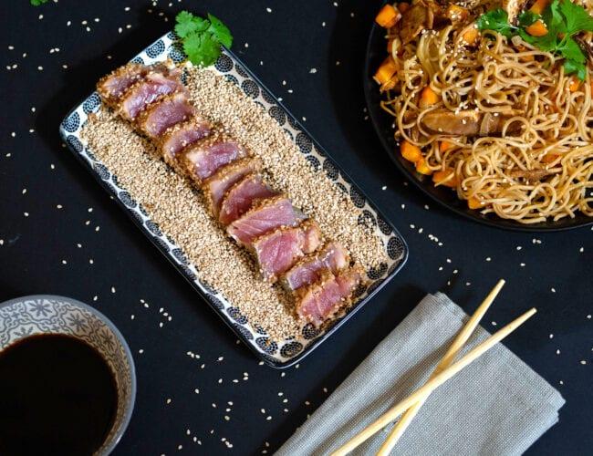 Tataki de thon au sésame et son wok de nouilles Udon