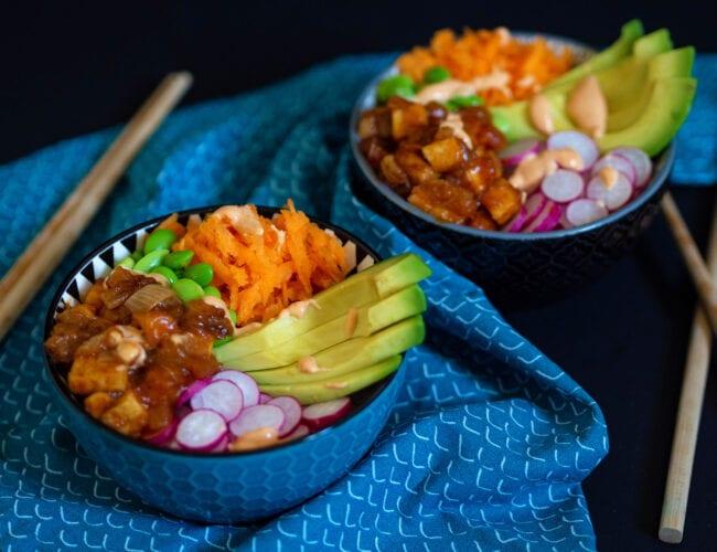 Poke bowl au tofu façon général tao et sauce sriracha