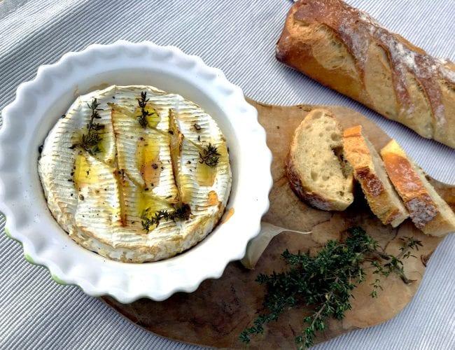 Camembert rôti piqué à l'ail et au thym
