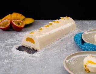 Bûche de noël à la mangue, fruits de la passion et noix de coco