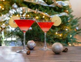 Cocktail sans alcool au thé noir aux fruits rouges, citron et sirop d'orgeat
