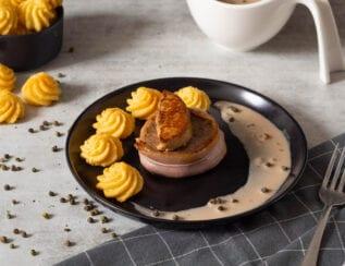 Tournedos de bœuf et son foie gras poêlé, pommes de terre duchesse et sauce au poivre