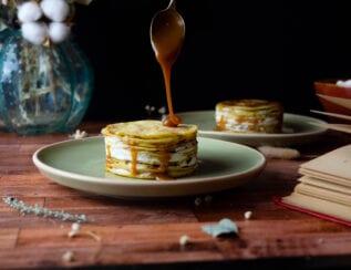 Gâteau de crêpes au caramel à la fleur de sel et à la crème mascarpone vanillée