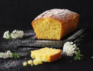 Gâteau au yaourt au lait de brebis et fleur d'oranger