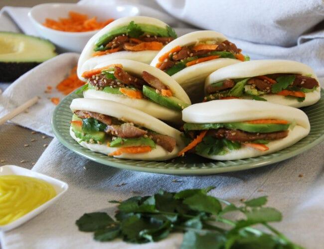 Pains bao au porc mariné, avocat et mayonnaise wasabi